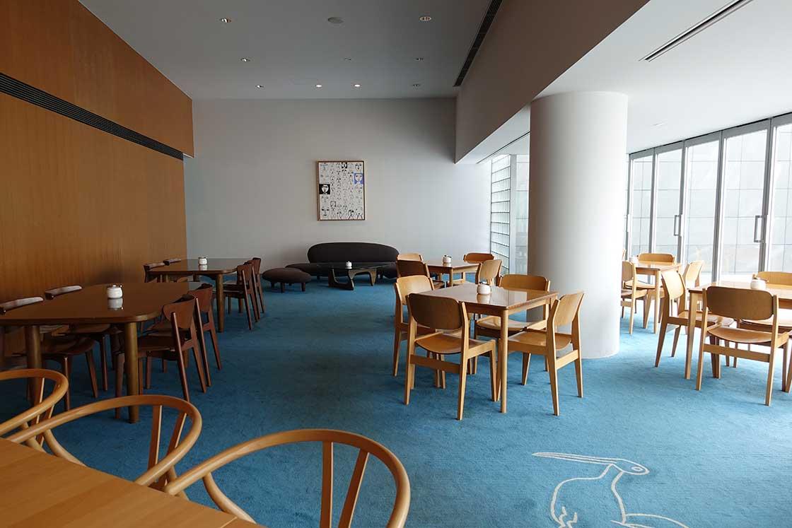 グラフィックデザイナーの菊地敦己さんが運営するカフェ。インテリアには、猪熊氏にゆかりのあるイサムノグチ氏、剣持勇氏の家具が並ぶ。猪熊氏が大好きだったスコーンをはじめとするスイーツなどの軽食を提供。