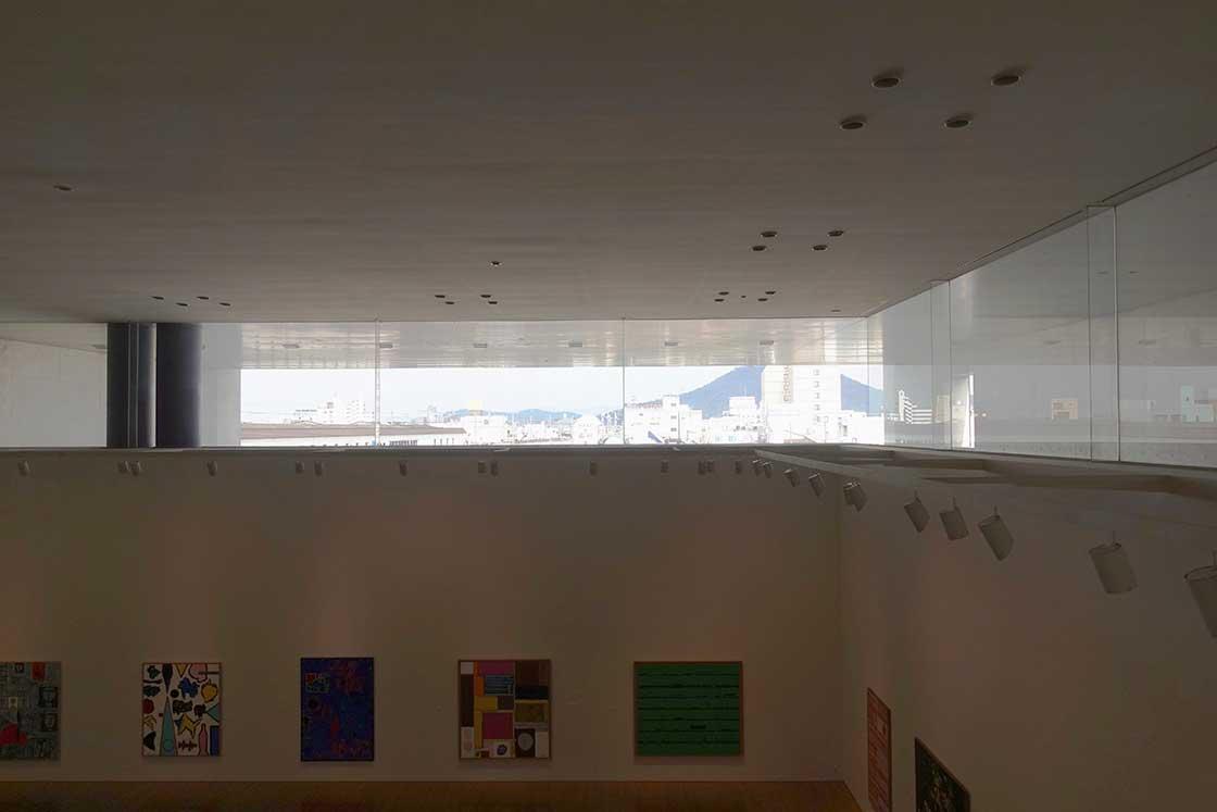 2階の展示室の上の窓からは、丸亀市の風景が見える。