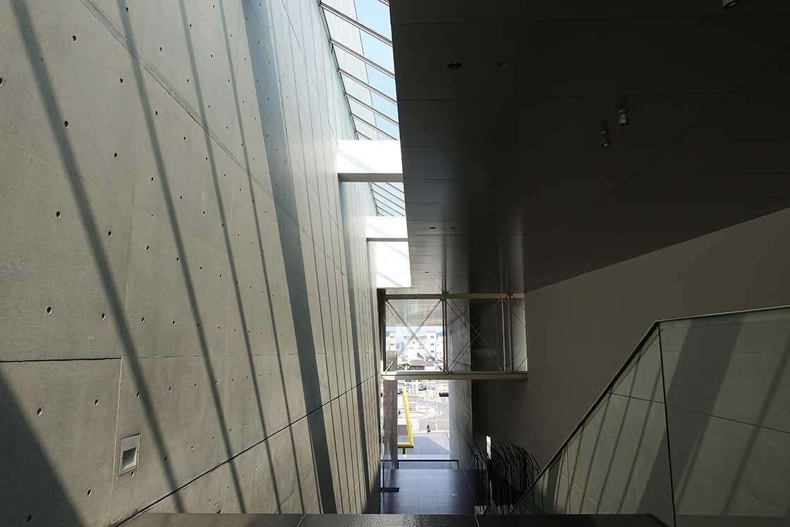 丸亀駅の広場から繋がる大階段はパブリックスペースとなっており、3Fのカフェや美術図書館に繋がっている。