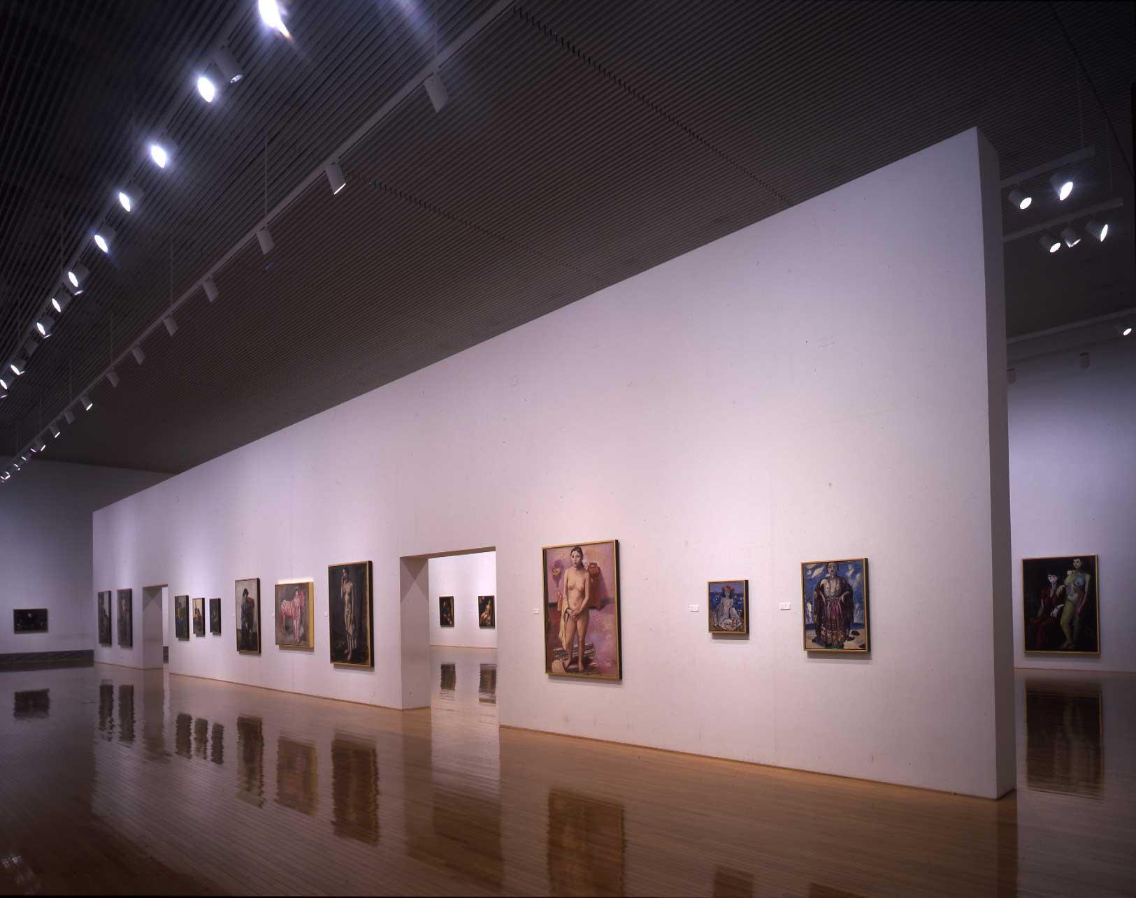 3Fにある展示室は、7mの高さ。設計当初は5m程だったが、猪熊氏の更に高さを出したいという希望により天井を外したのだそう。時期ごとに異なる企画展を開催。/photo by Tadasu Yamamoto