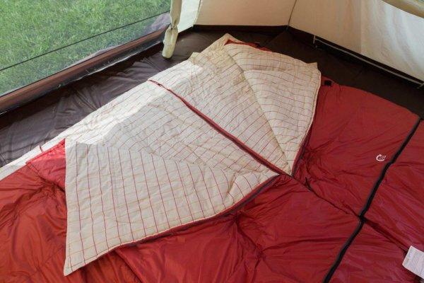 シェラフを敷いたテント内。メッシュ状のインナーテントが網戸代わりになって快適に眠れる