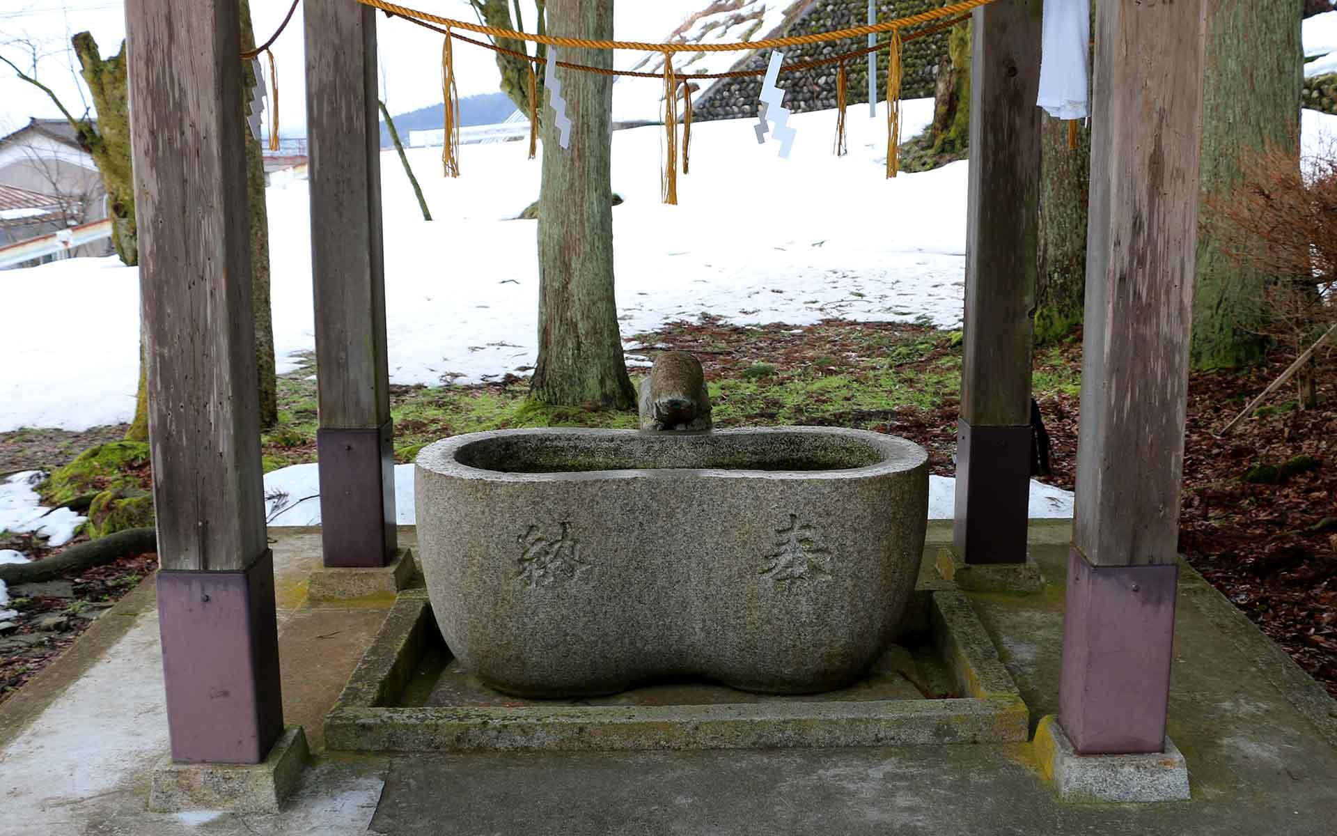 蚕の繭の形をした手水場