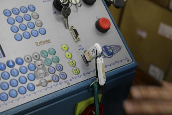 靴下のプログラムが入ったUSB。この中の設計図を読み取って機械が動く。