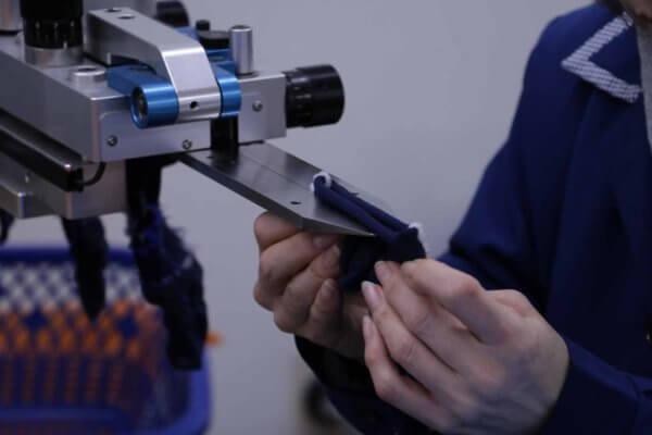 一般的な靴下は、こうしてつま先部分を別の機械で縫い合わせて完成する。