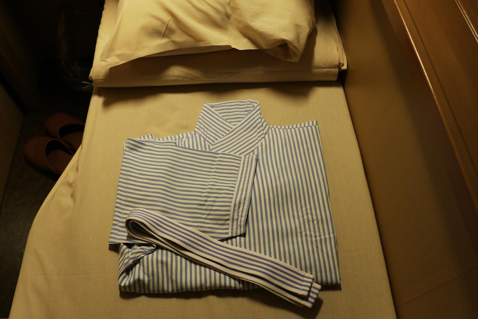 淡いブルーのストライプパジャマ。帯も同じデザインでかわいらしい