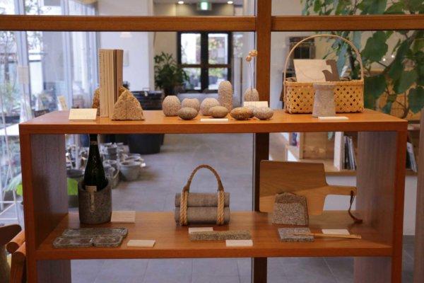 香川の工芸品も充実。写真は庵治石を使ったプロダクト。