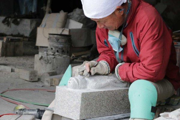 石工団地の一角で仏像を作っていた職人さん。細かな加工はこうして得意とする加工先さんへ分業されるため、近い地域内に様々な技術を持ったメーカーが集合する