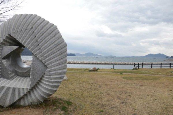 海に面した城岬(しろはな)公園。大きな石のモニュメントごしの海が美しい。