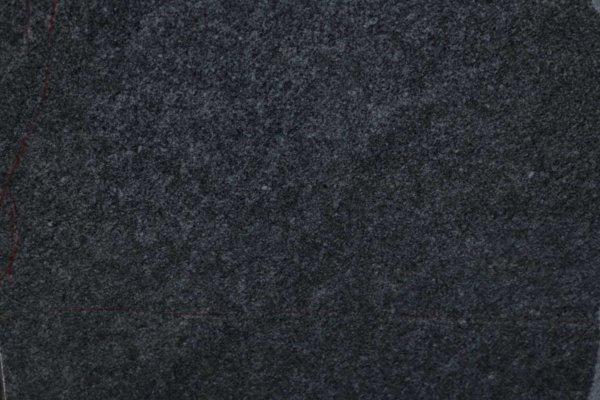 ふわふわと浮かぶまだら模様。「斑(ふ)」と呼ばれる庵治石特有の模様。