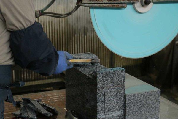 さらに小さい切削機。縦に等間隔に筋を入れ、板状にして金槌で叩いて形を作っている。