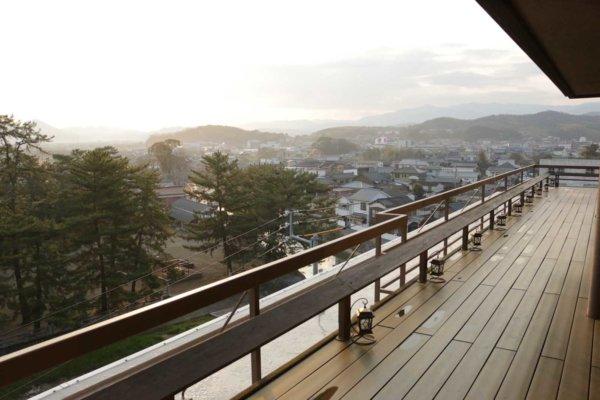 ガーデンラウンジの外のテラス「月見台」からの眺め。