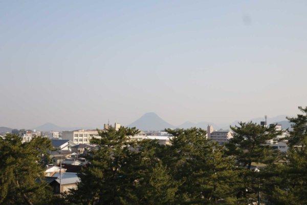 テラスから望む讃岐富士。