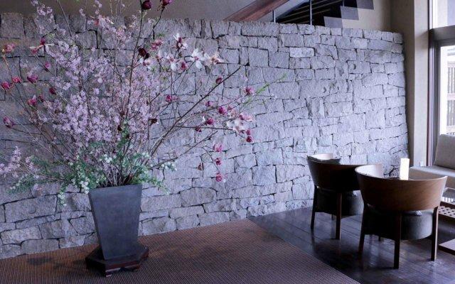 モダンなエントランスには香川特産の庵治石がぜいたくに使われている。