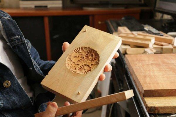 実際に和菓子を作る際には、意匠の彫られた木型に、同じサイズにくりぬかれた上板(右手)を合わせて中身を詰め、厚みを持たせる。