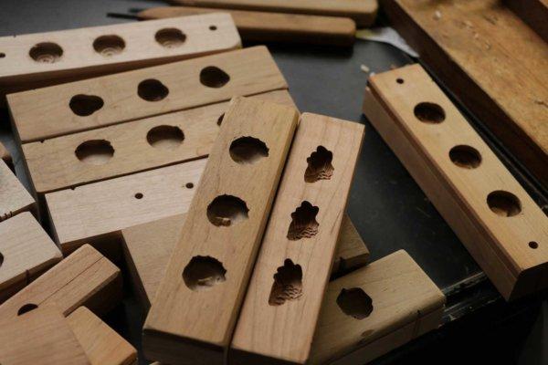 道具として効率がいいよう、同じ意匠のものが1枚の板に複数彫られる。それぞれにサイズ、目方、デザインが同じでなければならない。