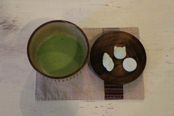 上原さんが点ててくださるお抹茶と一緒にいただきます。ほろりと優しい甘み。自分で作った味はまた格別です。
