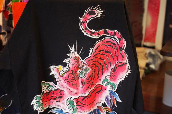 背中に虎を描き染めた半被。力づよく色鮮やかです