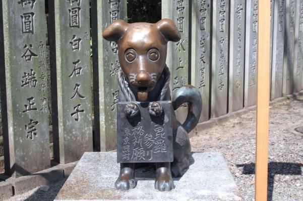 「こんぴら狗」の銅像。