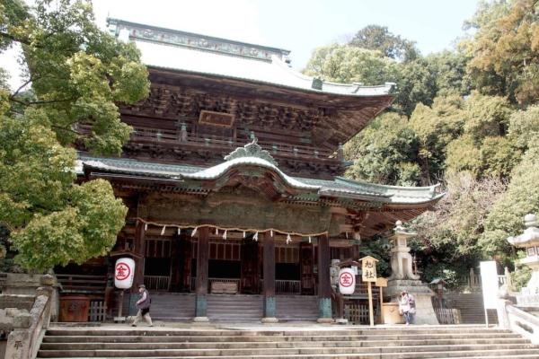 「旭社」では、屋根裏や柱などの装飾彫刻を堪能。