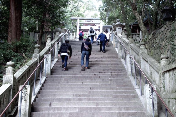 「旭社」を超えて、あと少し。この急な階段を登りきれば御本宮が!