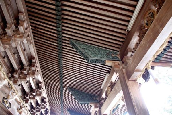 御本宮拝殿は檜皮葺(ひわだぶき)の大社関棟造。全て角材が用いられ、一切弧をなしていないというのが他にない特徴なのだそう。