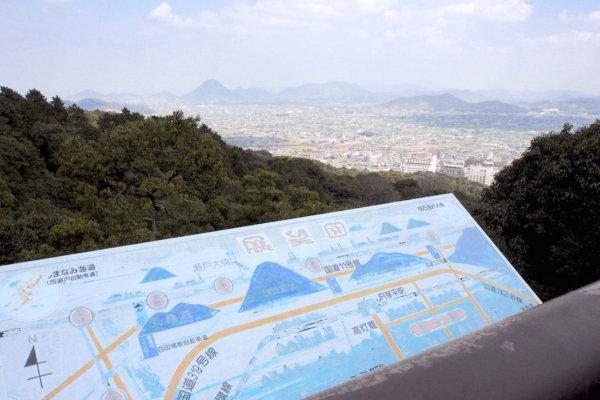 本宮の北東側は展望台に。讃岐平野の彼方に瀬戸大橋や讃岐富士などを望むことができます。