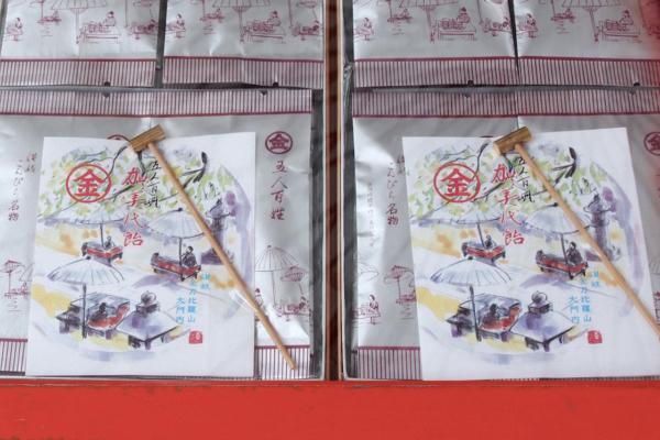 古くは、神社へのお供えもののお米を使ってつくられていたという「加美代飴(かみよあめ)」。付属の小さなトンカチで割っていただくそう。