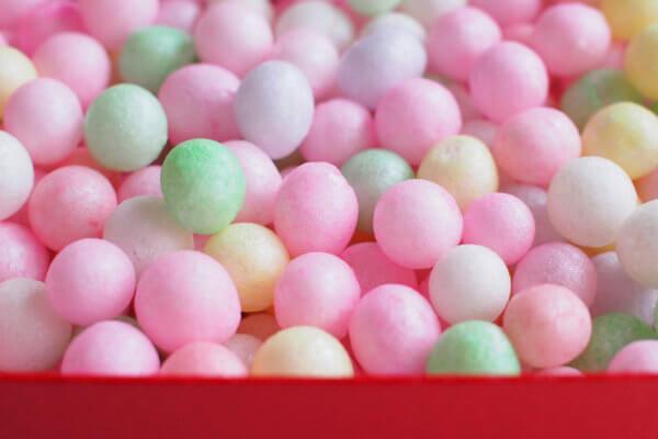 黄・緑・紫・桃・赤の淡い5色と、白が混ざった「おいり」。