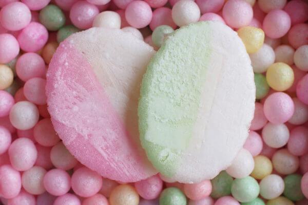 「おいり」の上にのっている「小判菓子」も、お餅からつくられています。