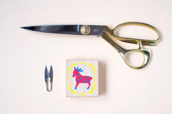 一般的なサイズの裁ちばさみと並べてみると、手のひらサイズでこんなに小さな裁縫箱。糸切りばさみも小さい!