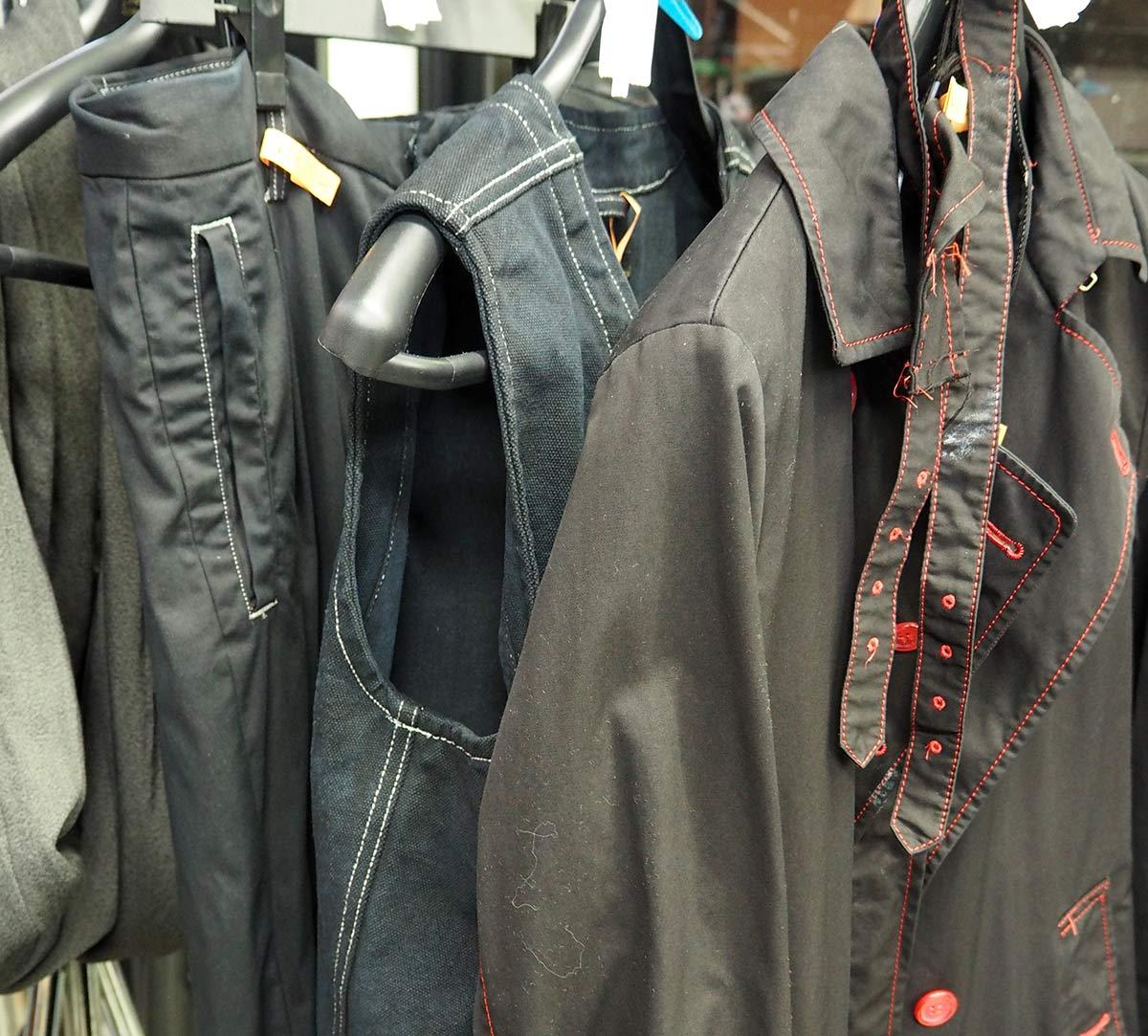 黒染めされた衣類。手前のコートはもともと真っ赤な色をしていた。