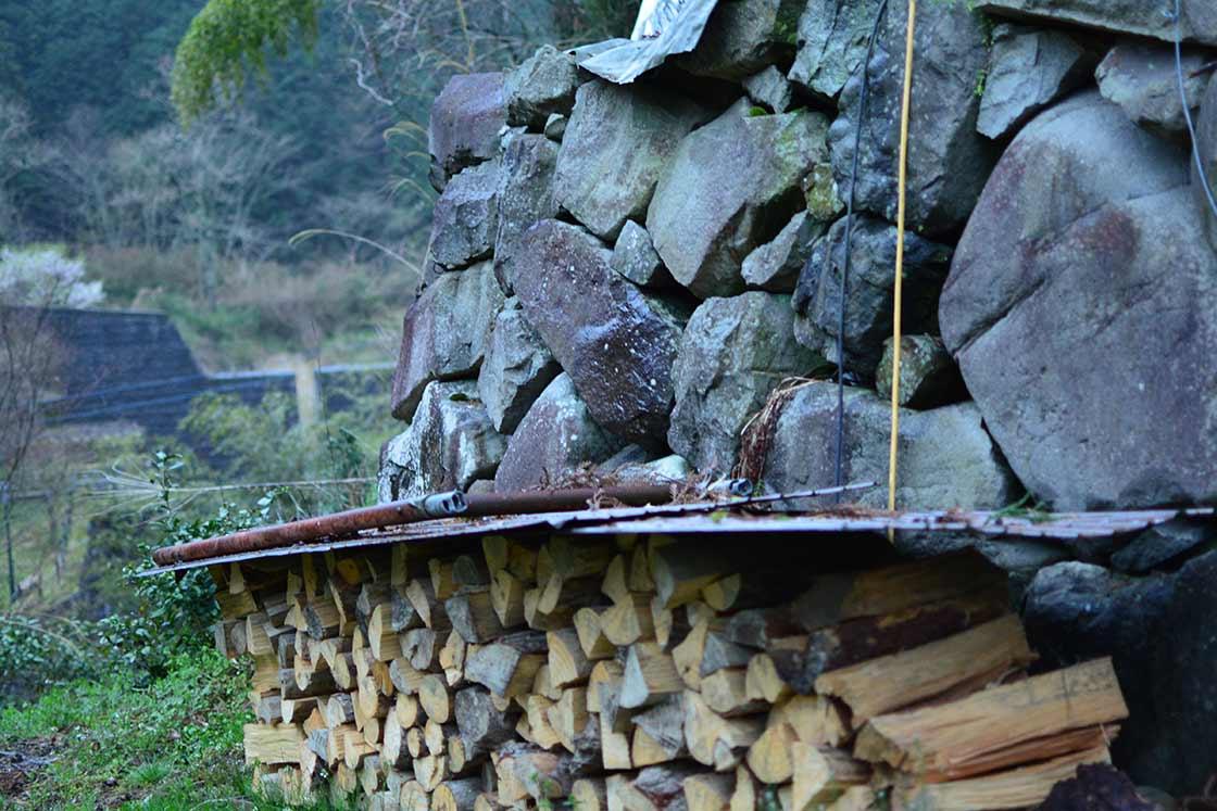 薪は近くの山に切りに行って自分で割る
