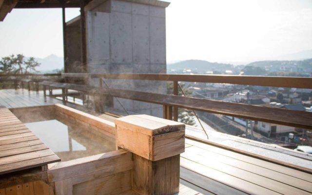 テラス「月見台」には景色を眺めながら楽しめる足湯もある。