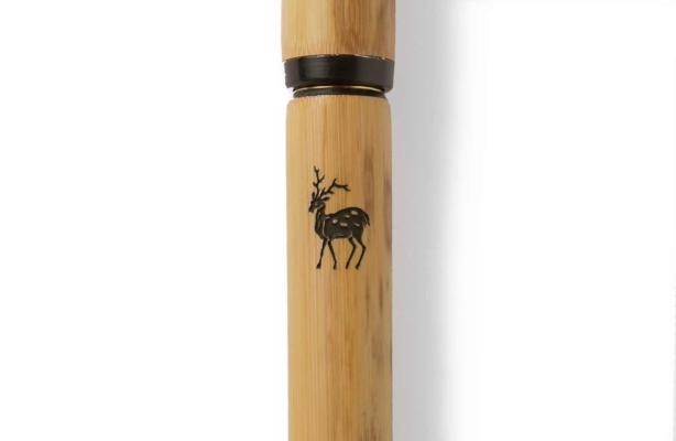 天然の破竹を使った軸。写真は中川政七商店オジリナルの、正倉院宝物からとった鹿の焼印入りのもの。