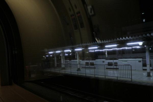 大きな窓から見える暗闇に、時折終電をすぎた駅舎の明かりが浮かぶ。朝の景色が楽しみだ。