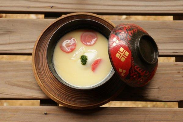 お腹に余裕のある人は、香川名物あんもち雑煮も食べてみては(セットで750円税込。要予約)。あんもちの甘さに白味噌のやさしい塩気がほどよく合う。