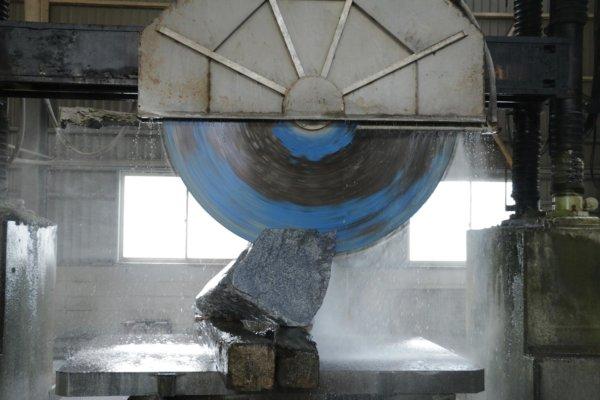 このように大きな石を細分化していく。摩擦で焼けると石が白くなり価値が下がるため、大量の水をかけながら切断する。どこか厳かな雰囲気すら漂う。