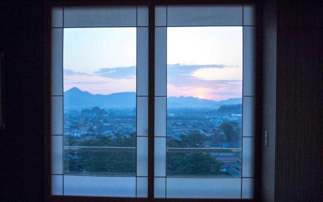 朝焼けを切り取る窓。館内は随所にさりげなく意匠が凝らされていて歩くのも楽しい。