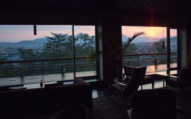 日の出を迎えるガーデンラウンジ。刻々と過ぎる時間とともに変化する風景が美しい。