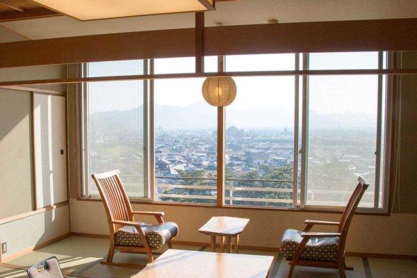 客室棟「富士見台」の客室一例。大きな窓から讃岐平野を望む。