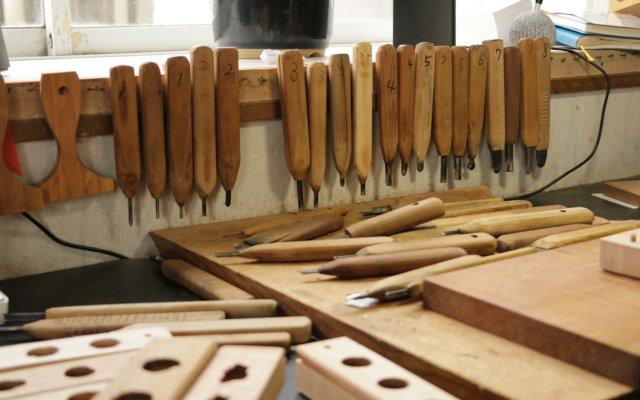 常時50種類はあるという彫刻刀。持ち手は全て自分で削ってカスタマイズしているそう。