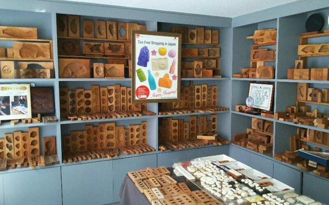 工房に併設されたショールームには、様々な意匠の菓子木型が所狭しと並ぶ。