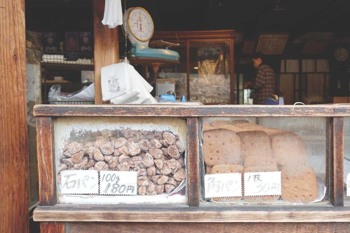 「堅パン」の種類は、「石パン」と「小丸パン」と「大丸パン」。
