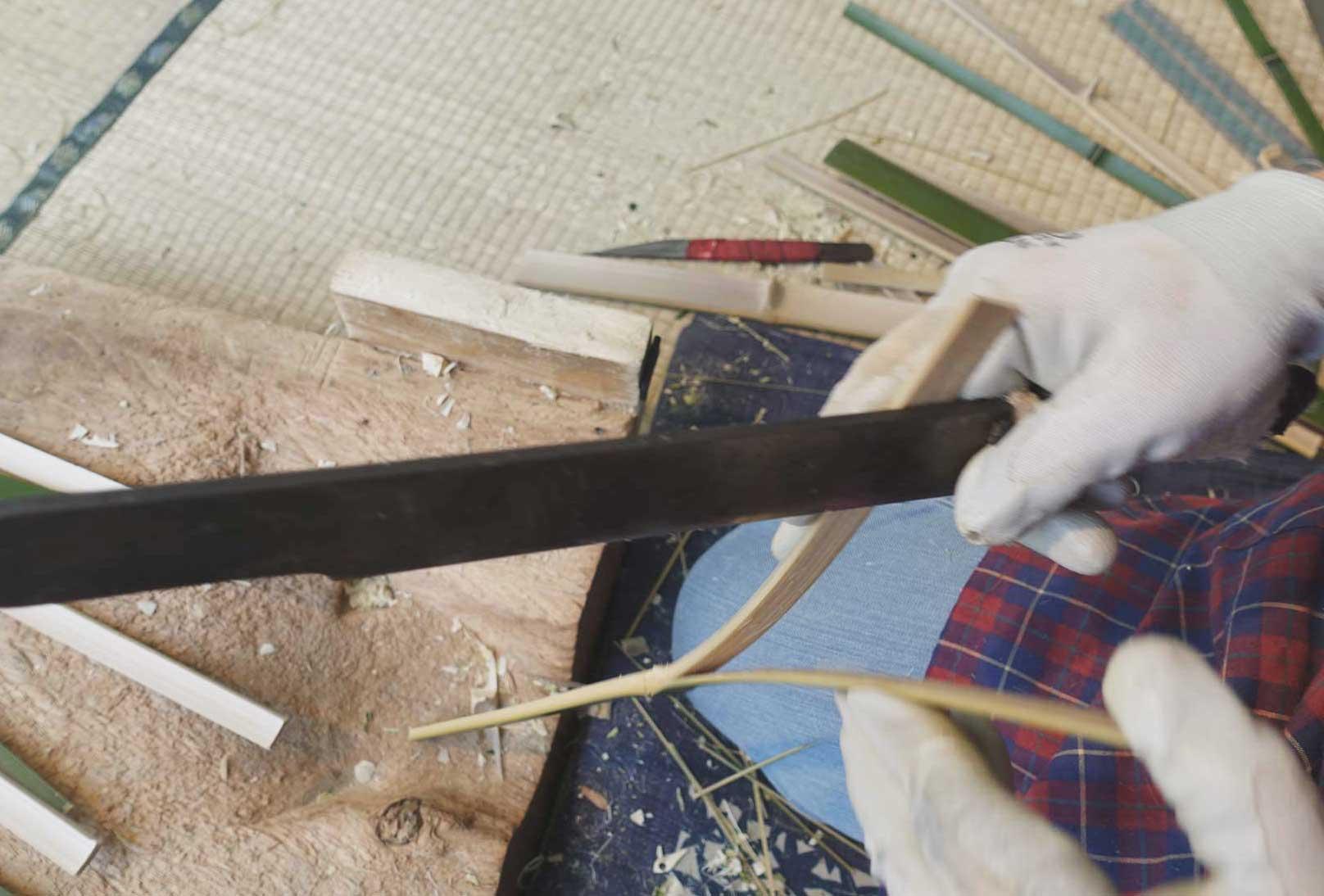 持ち手の部分を作る工程。筒状から一定の幅に割った竹の、内側を削り取る。この幅の調整によって、握りやすさが変わるのだそう。