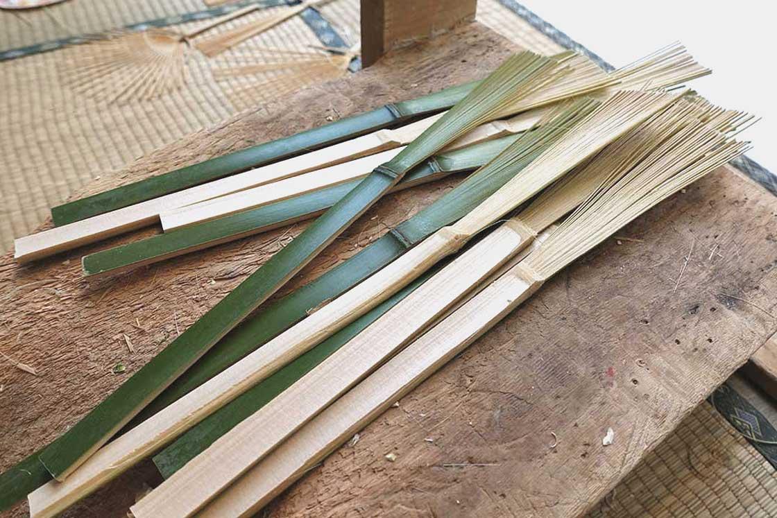 熟練した職人さんは、竹を割る作業からここまでの工程を1日で数百本も行うのだとか。