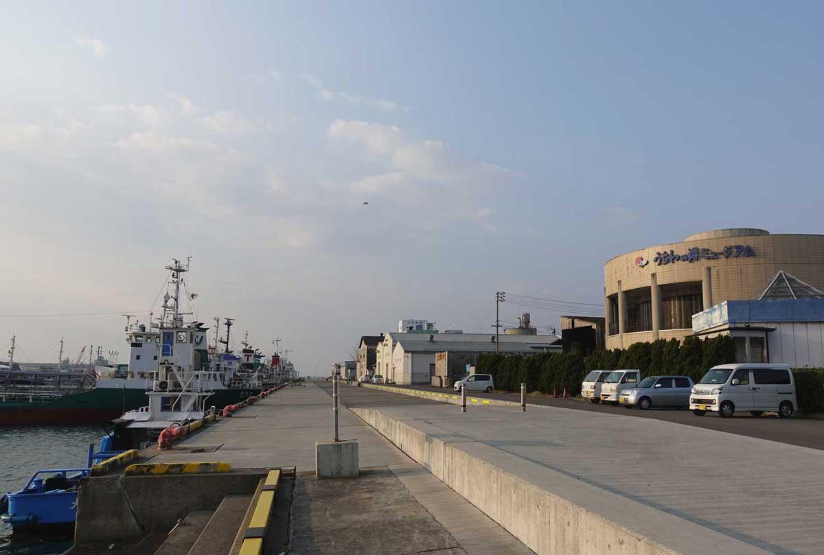 """""""うちわの港ミュージアム'という名前の通り、港沿いにあります"""