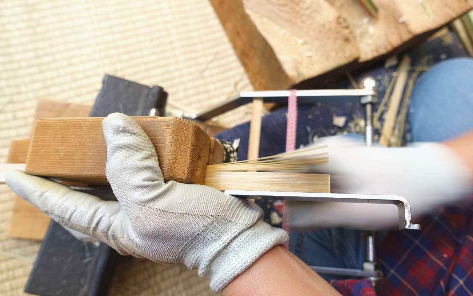 脇竹次郎氏が発明した「切込機」により大量生産が可能となった。現在の手作りうちわの製作工程でも使用されている