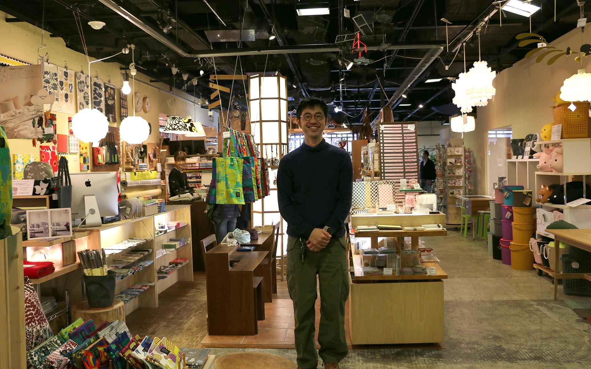 CHILLING STYLE店内と、お世話になった大澤寛さん。