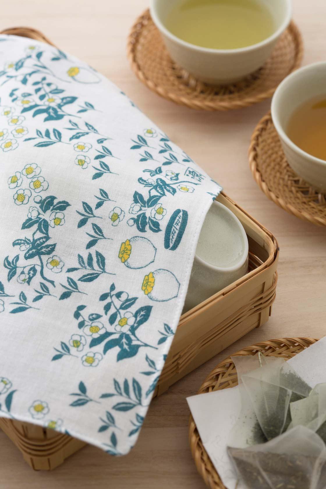 白い花が愛らしい茶小紋柄の布は、湯のみや茶器を拭ったりするのに便利