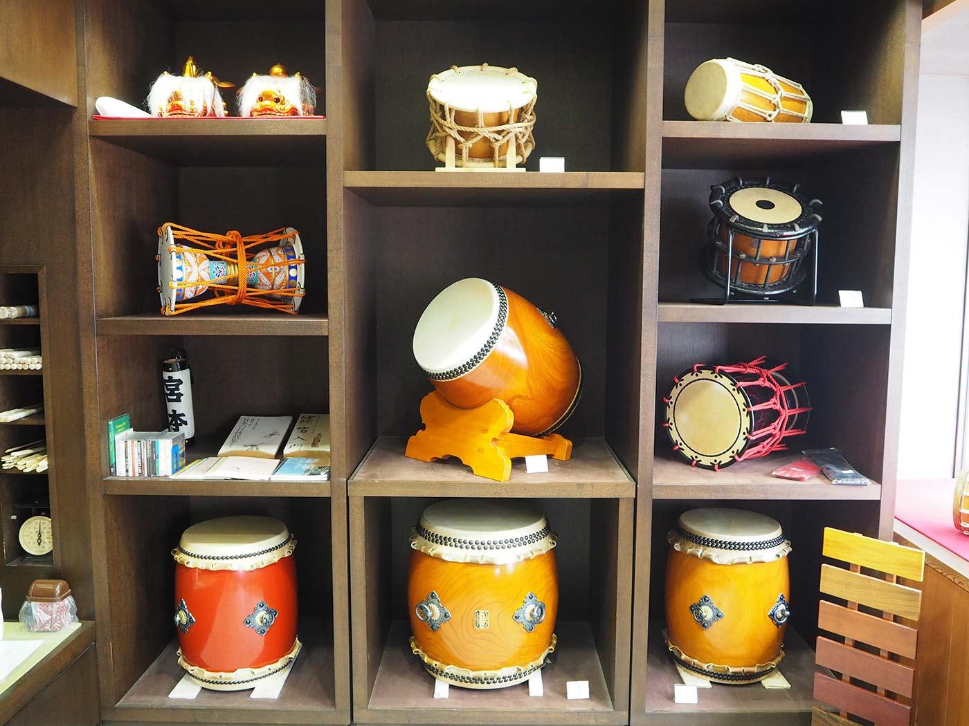長胴太鼓は一般的な和太鼓で、桶締太鼓は長胴太鼓に比べ軽く、紐の締め具合で音が調節できる